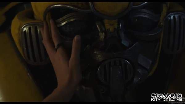 《大黄蜂》电影片段两连发 女主教蠢萌大黄蜂玩捉迷藏