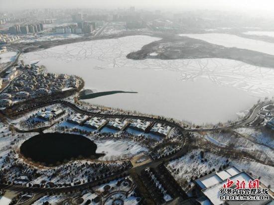 """甘肃戈壁名城张掖现""""湖光雪色""""美景"""